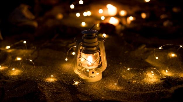 lanterne-guirlande-allumee-sable_23-2148019929.jpg
